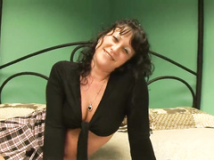 Cute amateur MILF pleasing pussy on cam at casting